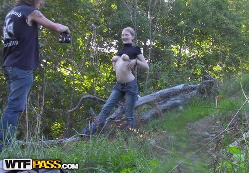 Прогулки по лесу с красивой девчушкой